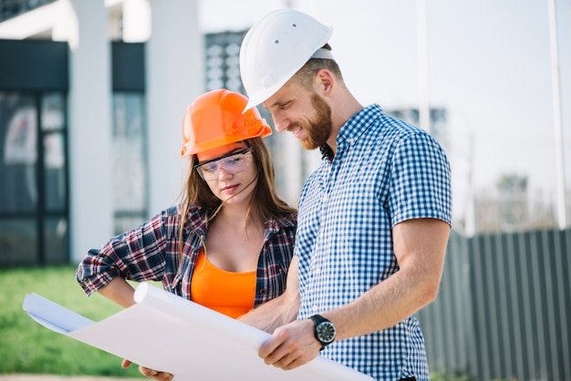 Contremaître et constructeur regardant blueprint