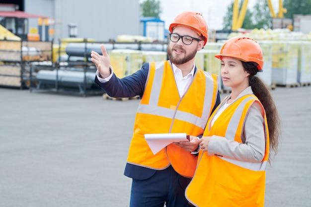 Contremaître en construction donnant des instructions au travailleur