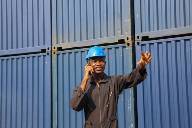 Le contremaître contrôle la boîte de chargement de la cargaison et les activités de logistique et de transport