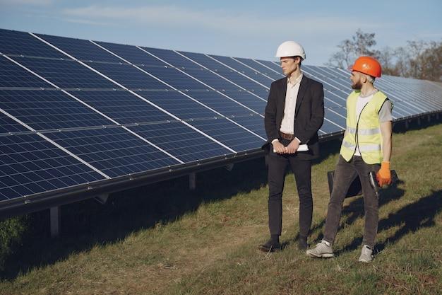 Contremaître et homme d'affaires à la station d'énergie solaire.