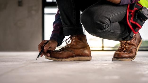 Contremaître inspectant le sol