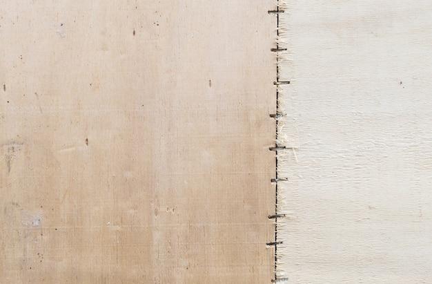 Contreplaqué brun sur fond de texture de mur
