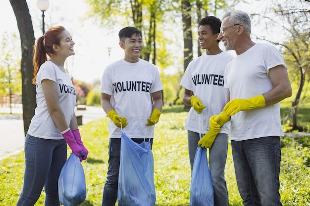 Contribution à la communauté. des bénévoles exubérants discutent et portent des gants