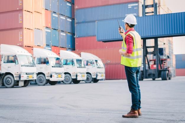 Contrôle de contremaître asiatique chargement boîte de conteneurs pour logistic import export dans le dock