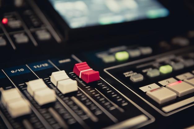 Contrôle de la diapositive de volume sur le mélangeur de sons professionnel