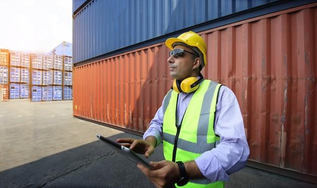 Contrôle du contremaître chargement boîte de conteneurs du navire de fret pour l'importation et l'exportation.