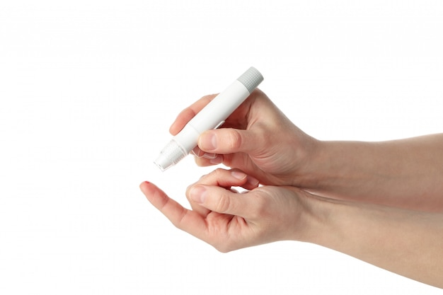 Contrôle du niveau de sucre dans le sang femelle, isolé sur fond blanc