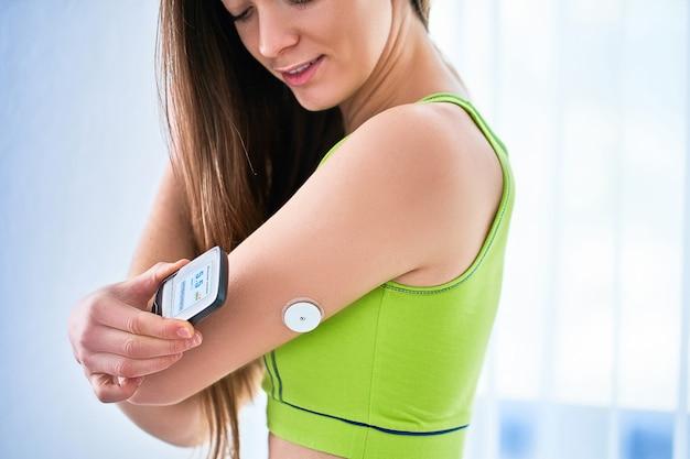 Contrôle du patient diabétique et vérification du niveau de glucose avec un capteur à distance. surveillance des niveaux de glucose sans sang. technologie médicale dans le traitement du diabète, mode de vie diabétique