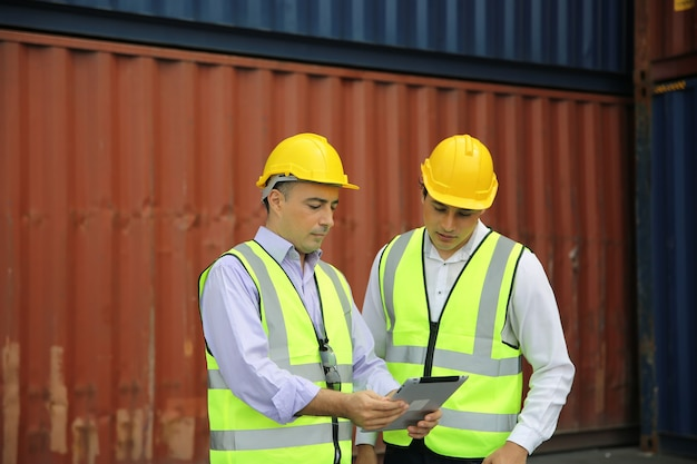 Contrôle ingénieur logistique au port, chargement de conteneurs pour l'exportation de camions et importation d'un concept logistique