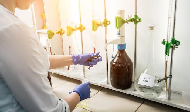 Contrôle de la qualité de l'huile naturelle. dans le laboratoire industriel.