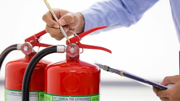 Contrôle technique de la jauge de pression du réservoir d'extincteurs