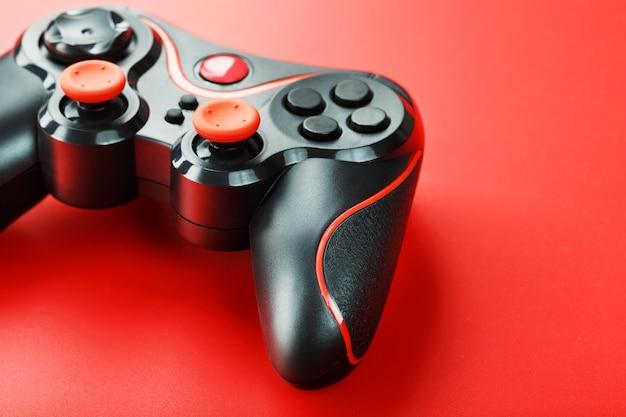 Contrôleur de contrôleur de jeu sur la surface rouge se bouchent
