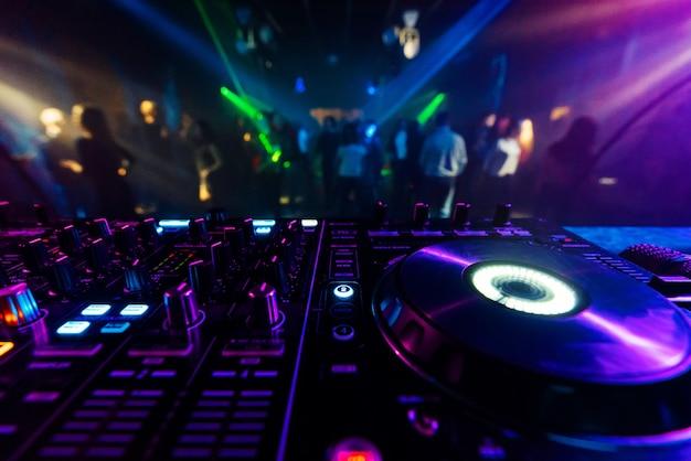 Contrôleur de mixage dj professionnel pour mixer de la musique dans une discothèque