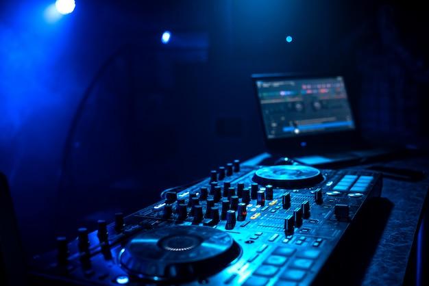 Contrôleur de musique dj professionnel sur le stand en boite de nuit