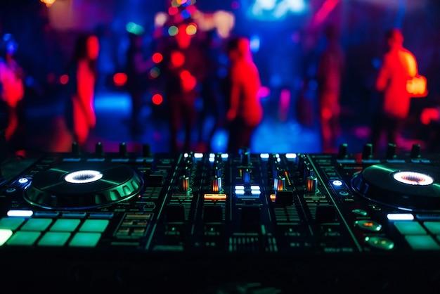 Contrôleur de table de mixage dj pour mixer de la musique dans une discothèque