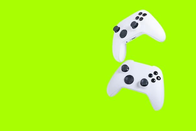 Contrôleurs de jeu isolés avec écran vert pour le recadrage ou l'écrêtage