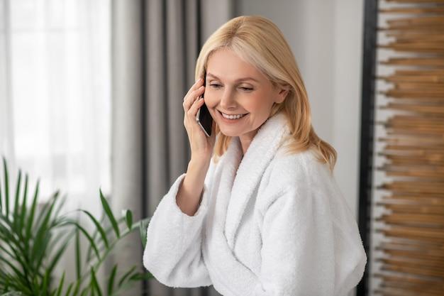 Une conversation agréable. blonde jolie femme parlant au téléphone et à la joyeuse