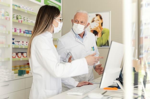 Conversation entre deux pharmaciens et un coronavirus