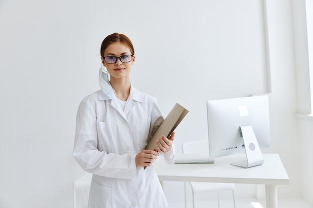 Conversation de femme médecin avec le diagnostic de santé du patient