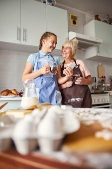 Conversations profondes et thé chaud avec grand-mère bleoved