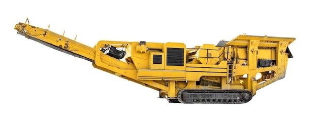 Convoyeur de carrière de gravier et machine de tri isolé sur fond blanc, vue latérale