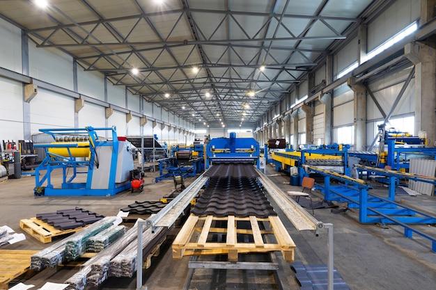 Convoyeur dans une usine moderne de traitement du métal, gestion d'entreprise à l'aide de l'intelligence artificielle