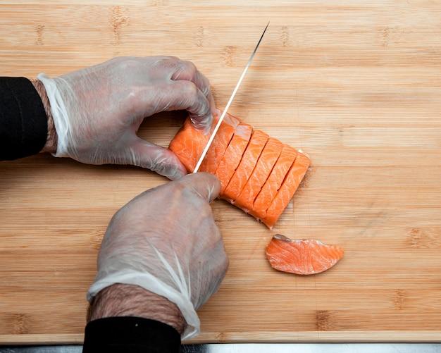 Cook coupe le saumon en tranches