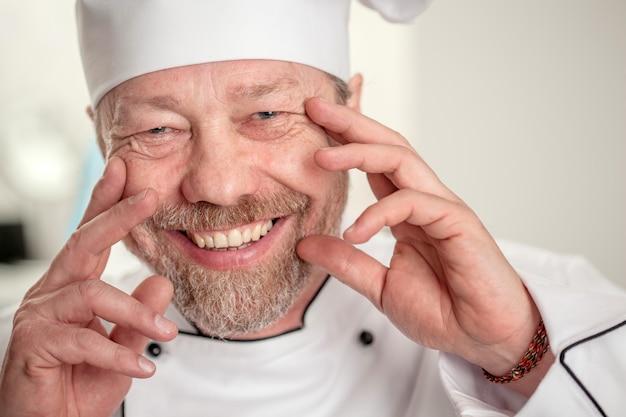 Cook dans le bonnet blanc rit
