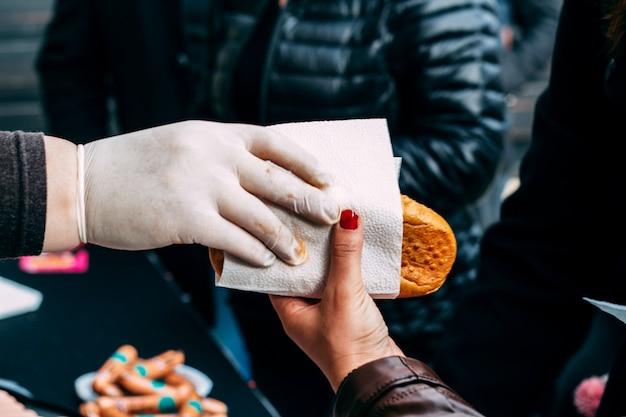 Cook donne un hot-dog à une fille