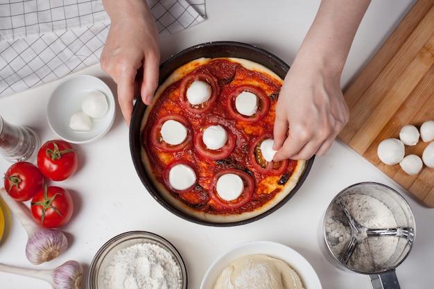 Cook prépare des pizzas faites maison.