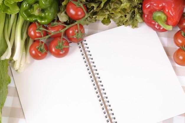Cookbook entouré par la nourriture