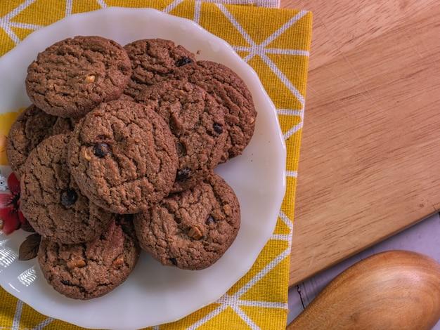Le cookie aux pépites de chocolat sur disque blanc pour concept alimentaire