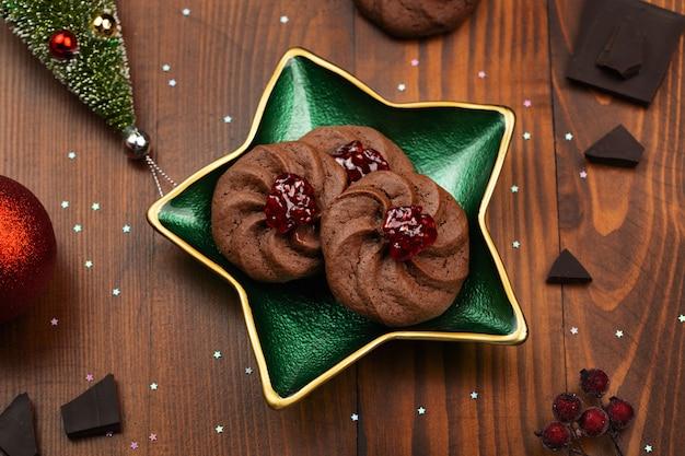 Cookie - biscuits au chocolat sur la plaque - fond de décorations de noël de nourriture