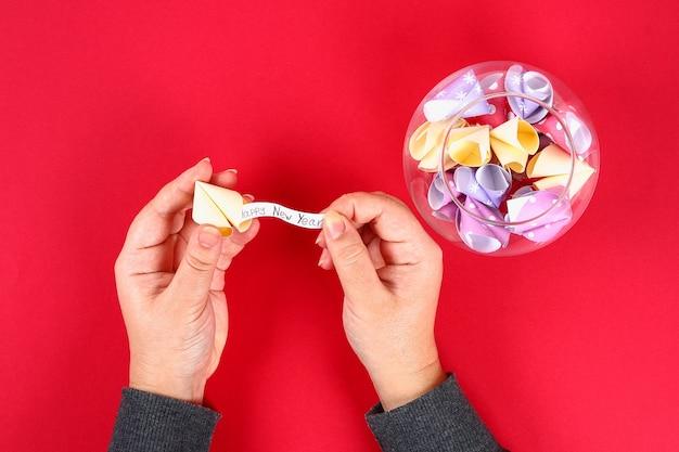 Cookie de bricolage avec fond rouge de prédictions. idées cadeaux, décor pour le nouvel an chinois.
