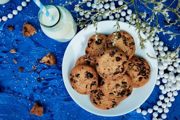 Cookie chocolat avec des bouteilles de lait.
