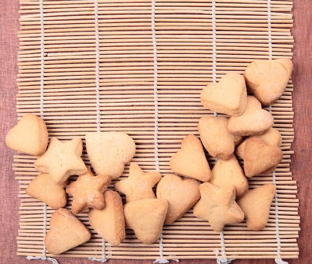 Cookie en forme de coeurs et d'étoiles