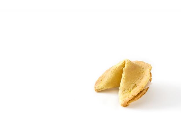 Cookie de fortune avec du papier pour le texte isolé sur fond blanc