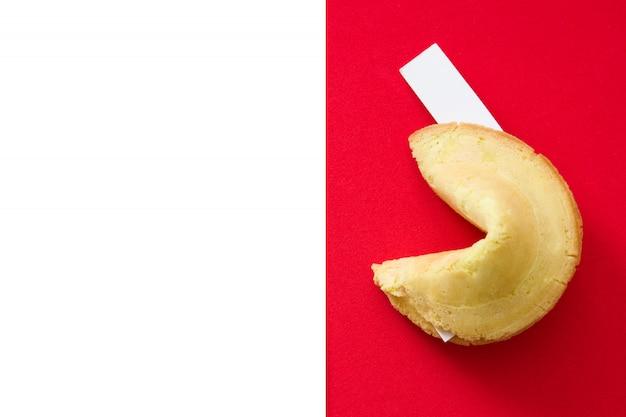 Cookie de fortune sur l'espace de copie rouge et blanc