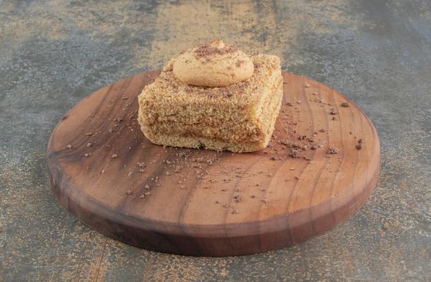 Cookie sur une tranche de gâteau sur une planche