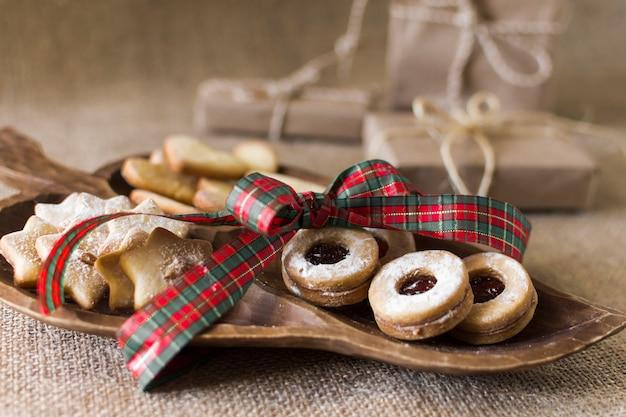 Cookies avec archet sur table