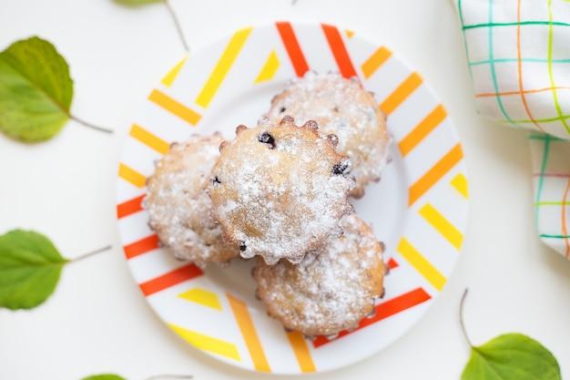 Cookies sur une assiette avec des feuilles vertes et une serviette