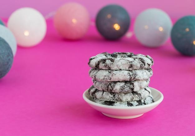 Cookies au chocolat enneigés sur fond rose