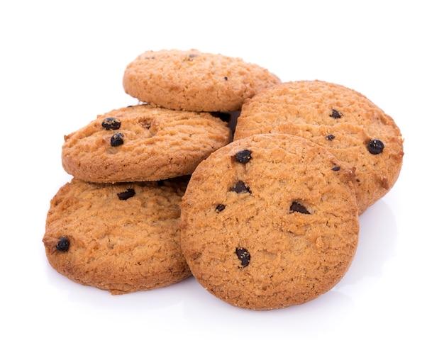 Cookies aux pépites de chocolat en bolwl sur fond blanc