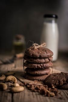Cookies aux pépites de chocolat fraîchement cuits au four sur une table en bois rustique