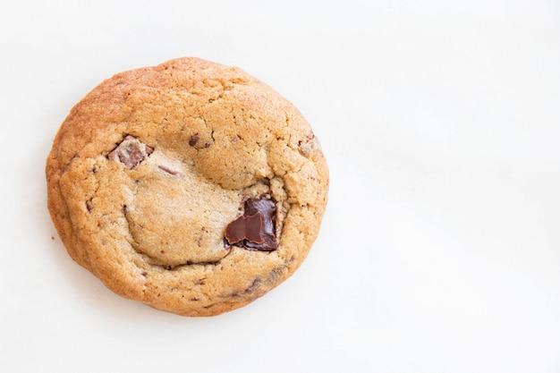 Cookies aux pépites de chocolat maison sur blanc