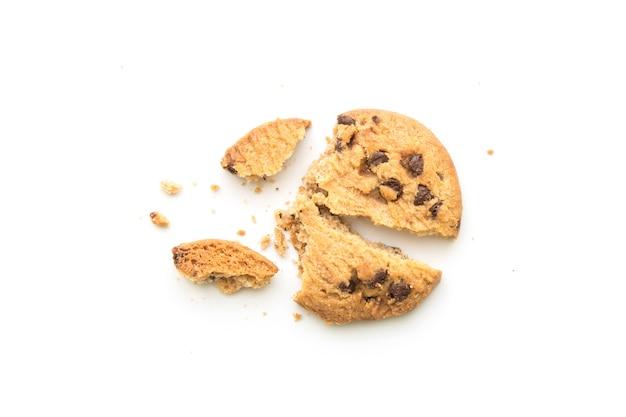 Cookies aux pépites de chocolat maison sur fond blanc en vue de dessus