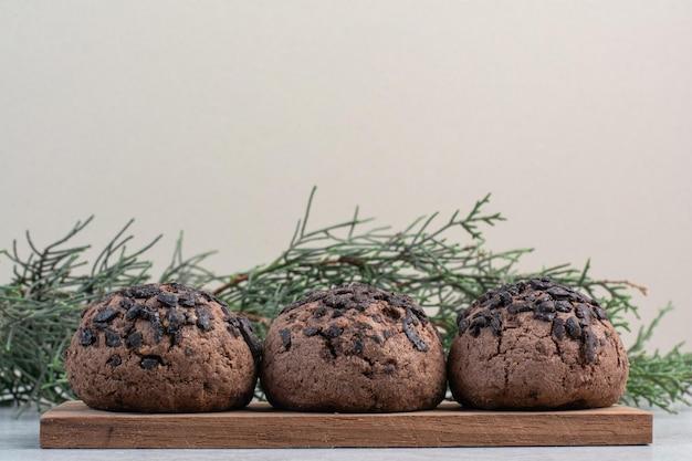 Cookies aux pépites de chocolat sur pièce en bois. photo de haute qualité