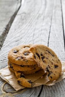 Cookies aux pépites de chocolat sur une plaque blanche