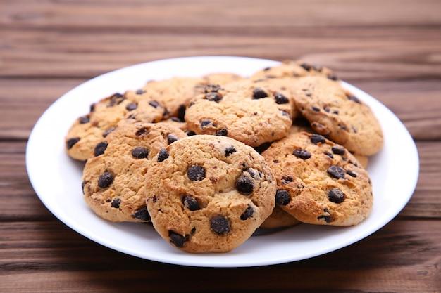 Cookies aux pépites de chocolat sur une plaque sur un fond en bois marron