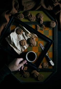 Cookies aux pépites de chocolat sur rustique.
